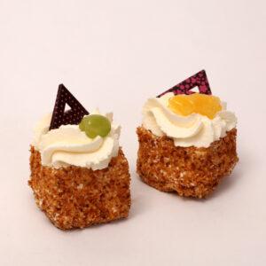 slagroomcake gebakje met versfruit van bakkerij floor van lieshout