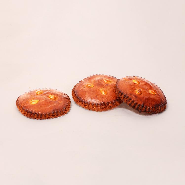 Gevulde koek met amandelspijs en amandeltjes van bakkerij floor van lieshout