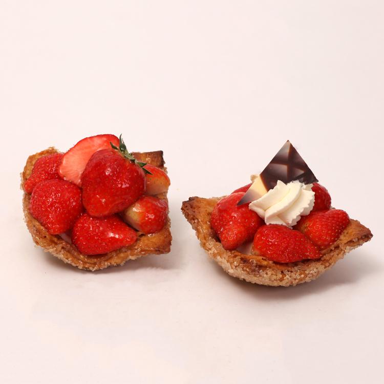 krokant aardbeienvlaaitje van roomboter korst en verse aardbeien uit de omgeving van Tilburg van bakkerij floor van lieshout