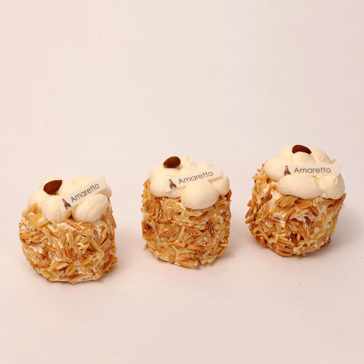 Amaretto creme progresje omringd met amandelstiften van bakkerij floor van lieshout