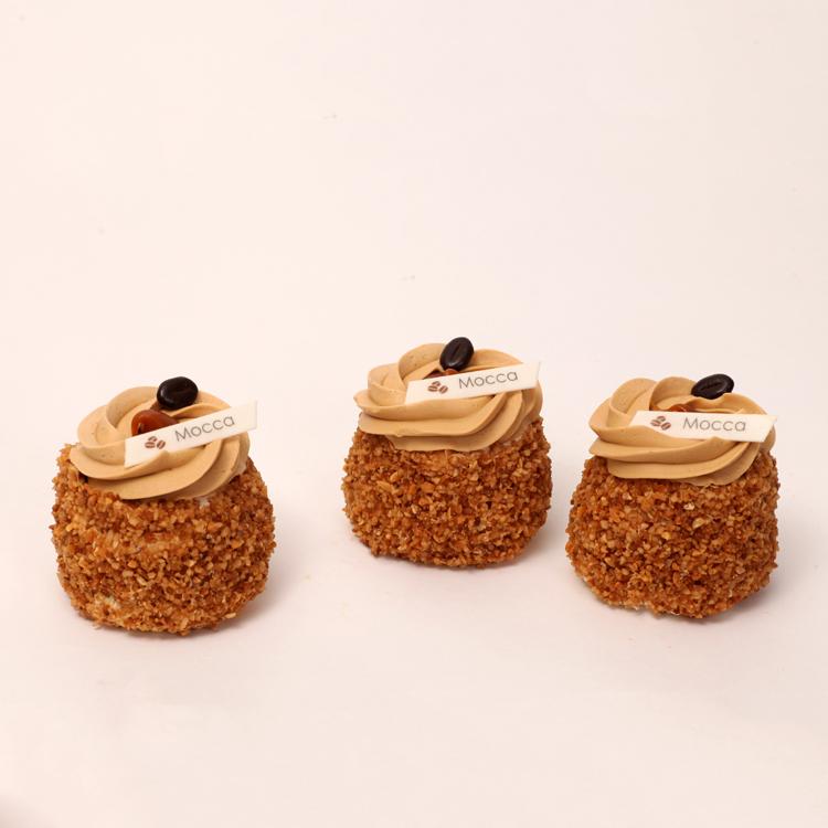 mocca creme progresje met hazelnootjes omringd en eigen progresschuim van bakkerij floor van lieshout