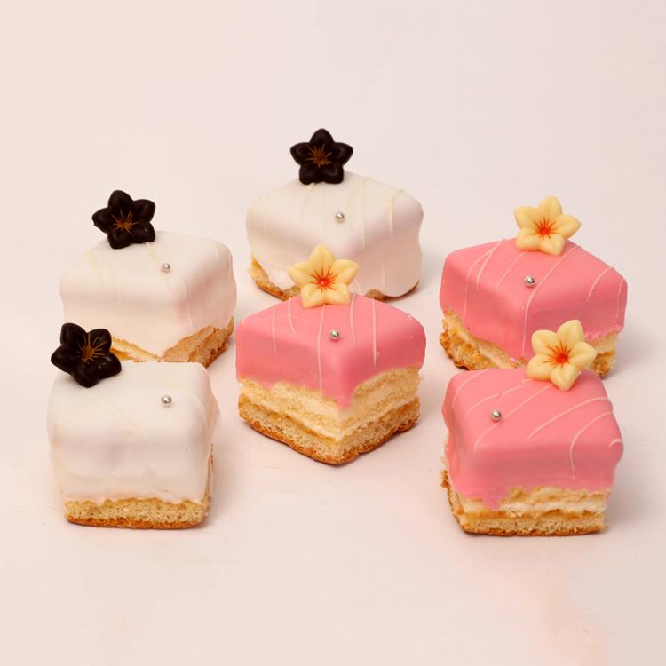 Petit four met fondant, creme en cake voor bruiloften en partijen van bakkerij floor van lieshout