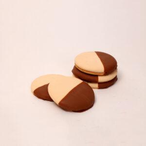 Witte eierkoek omringd met chocolade van bakkerij floor van lieshout
