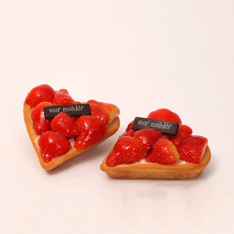 verse aardbeien op hartvorm harde wener vlaaitje voor moederdag en valentijn van bakkerij floor van lieshout