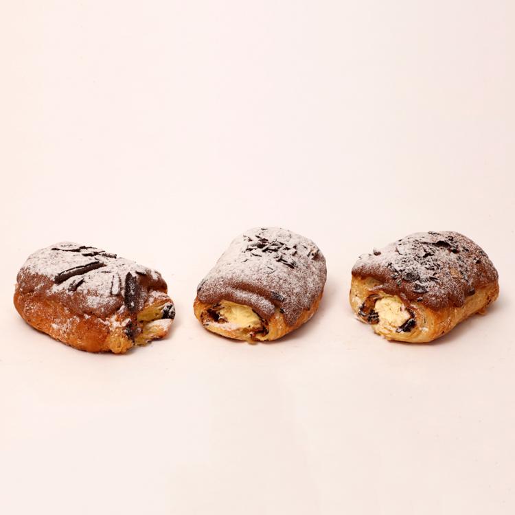chocolade broodje gevuld met room en gesopt in chocolade van bakkerij floor van lieshout