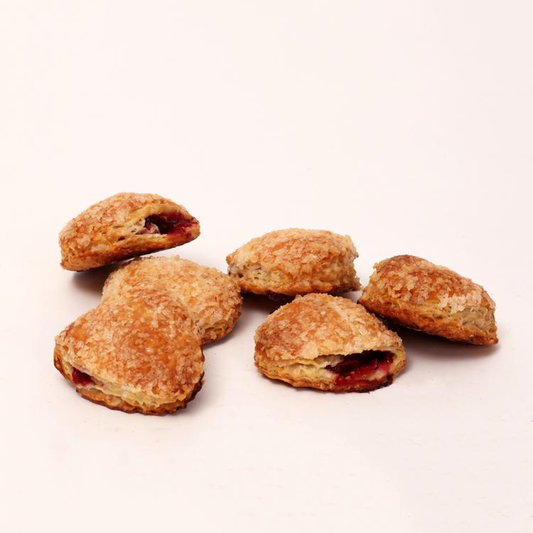 Mini kersenflapjes gevuld met kersen en omhuld door roomboter korst van bakkerij floor van lieshout