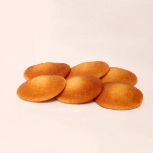Mini gele eierkoeken van bakkerij floor van lieshout