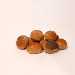 Bruine mini broodjes met sesamzaad havervlokken maanzaad en tarwevezels van bakkerij floor van lieshout