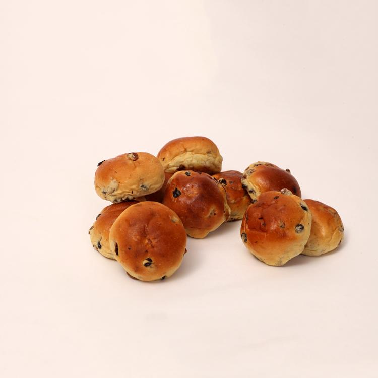 Mini krentenbolletje rijkelijk gevuld met rozijnen en krentjes van bakkerij floor van lieshout