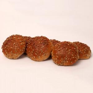 Tarwebolletjes gedecoreerd met zonnepitjes van bakkerij floor van lieshout