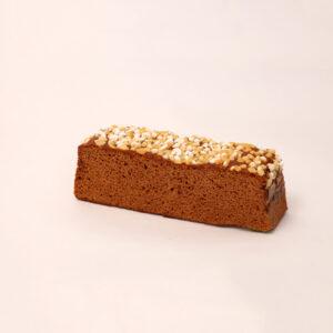 honingkoek gemaakt van lokale nederlandse bijenhoning afgewerkt met groffe suikerbibs