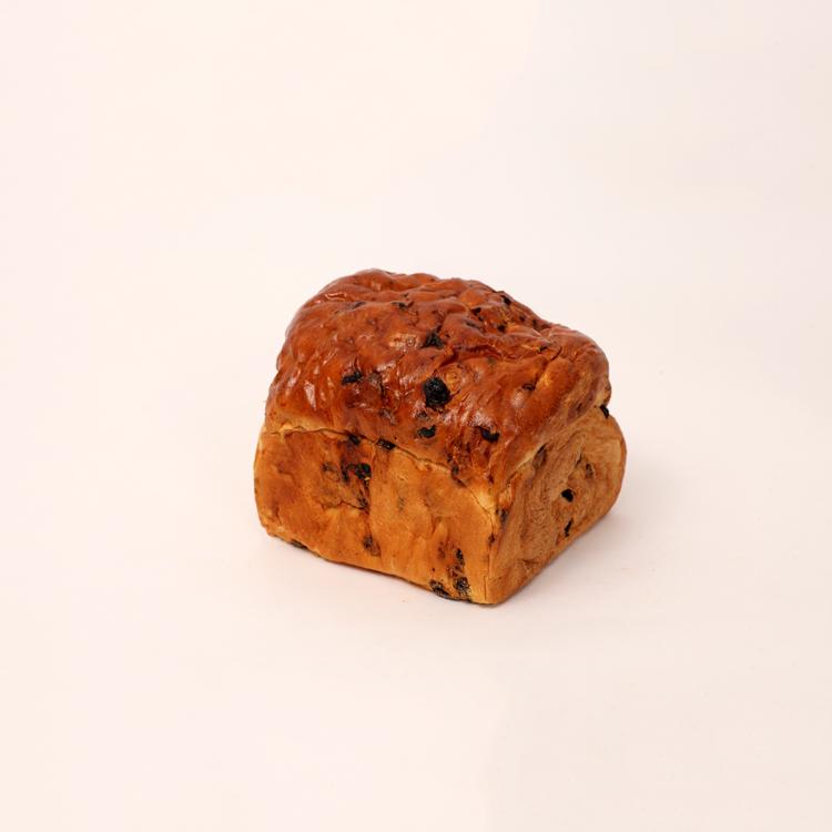 Brabants rozijnen brood met rozijnen en krenten vers gebakken van bakkerij floor van lieshout