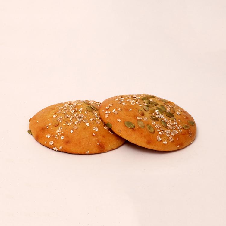 Eierkoeken gemaakt van speltgranen afgewerkt met speltvlokken en pompoenpitten van bakkerij floor van lieshout