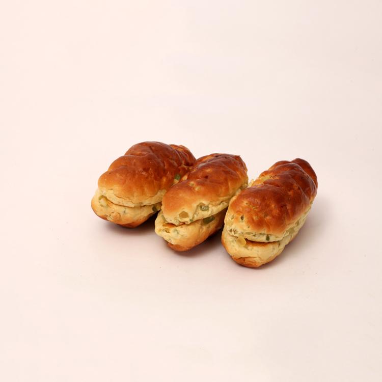 Vruchtenbrood gevuld met verse sucade door de puntbroodjes heen van bakkerij floor van lieshout