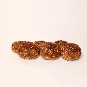 Muesli bolletjes gevuld met vruchten en gedecoreerd met verschillende zaden van bakkerij floor van lieshout