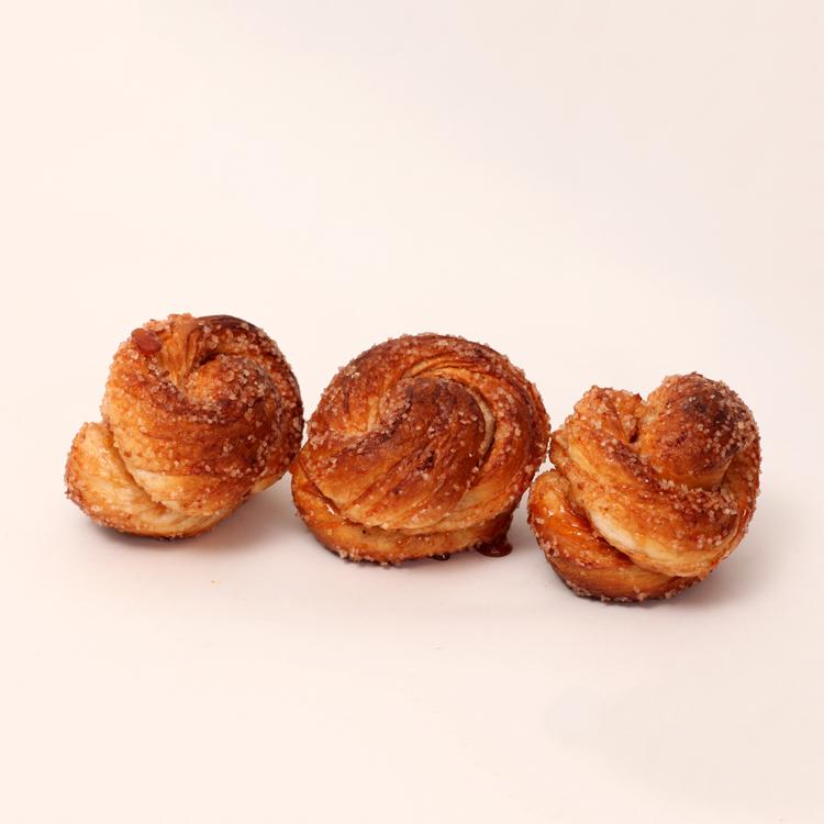 Mini bolusjes zijn gemaakt van witte melkbroodjes gerold in kaneel suiker van bakkerij floor van lieshout