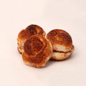 bolusjes zijn gemaakt van witte melkbroodjes gerold in kaneel suiker van bakkerij floor van lieshout