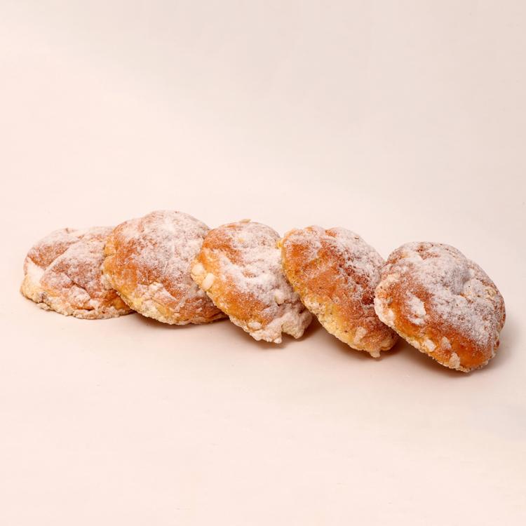 Suikerbolletjes gemaakt van roomboter deeg met suikernibs en afgewerkt met poedersuiker en roomboter van bakkerij floor van lieshout