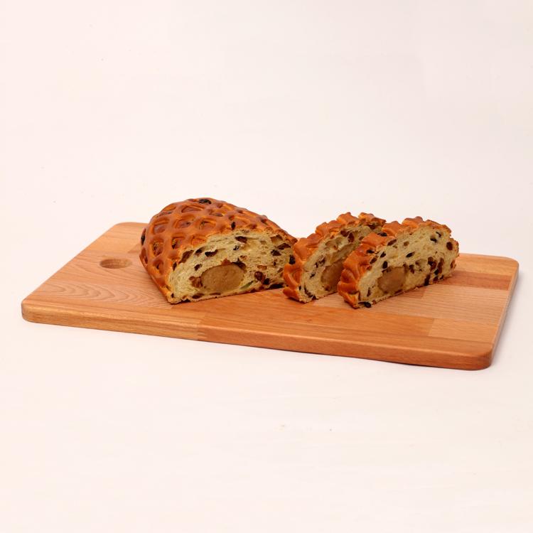 Gesneden paasstol gevuld met amandelspijs, en rozijnen van bakkerij floor van lieshout